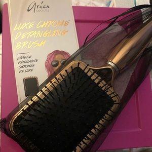 Aria beauty luxe chrome detangling brush